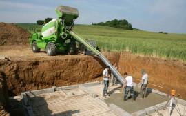 Работа бетоносмесителя на строительной площадке